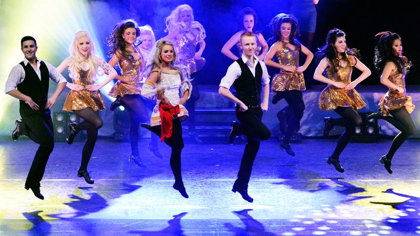 gaelforce dance bailando en un escenario