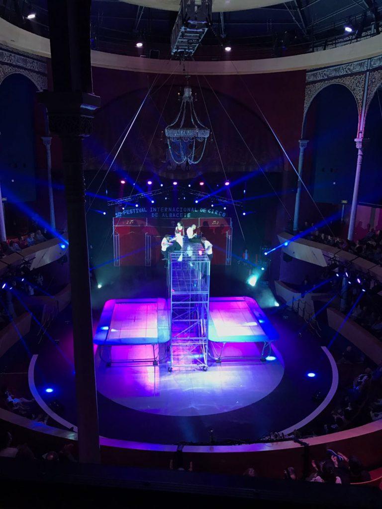 acróbatas en el teatro circo