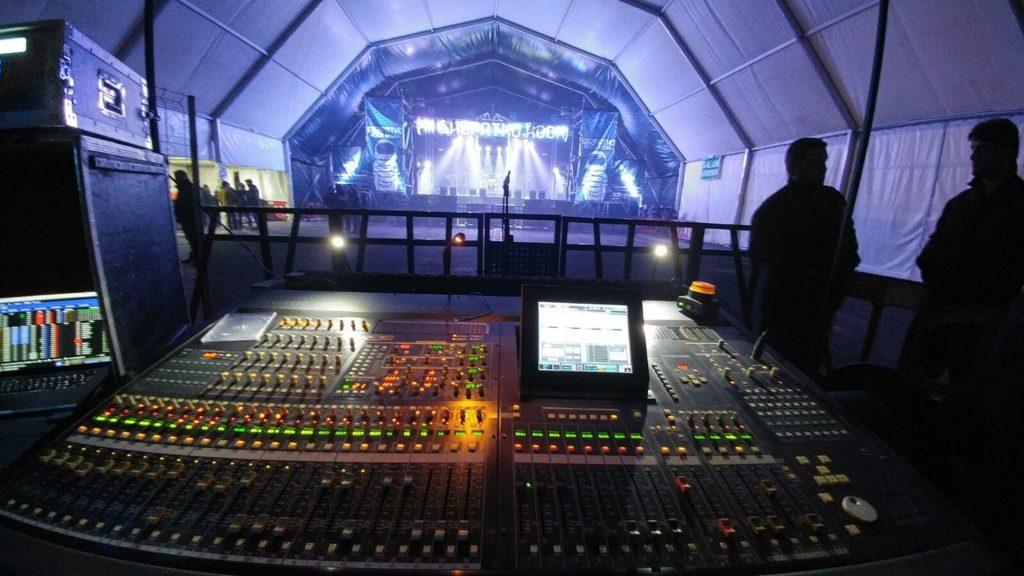 mesa de mezclas preparando un concierto